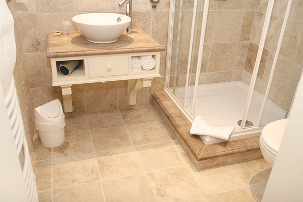 Awesome salle de bain pierre de travertin photos awesome for Carrelage en pierre naturelle salle de bain