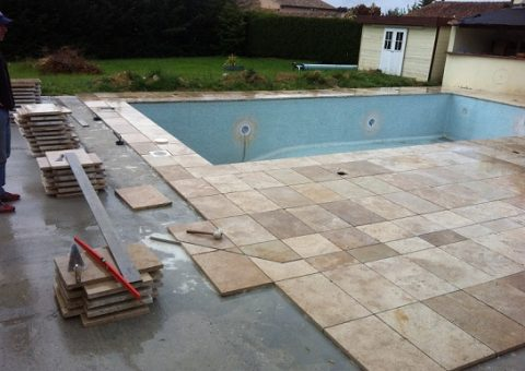 Carrelage ext rieur travertin en pierre naturelle pour for Carrelage pour terrasse piscine